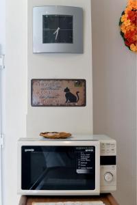 Uma TV ou centro de entretenimento em Cosy Apartment