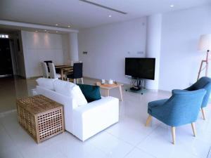 A seating area at 3b Seaview Duplex Penthouse w/hot tub - Finikoudes Beach