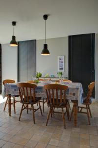 Restaurant ou autre lieu de restauration dans l'établissement Holiday Home Garnaalhuisje