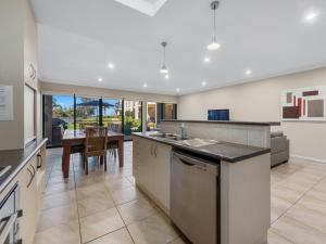 A kitchen or kitchenette at ELSINOR Townhouse 3 Mulwala