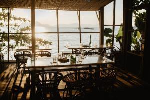 Restaurant ou autre lieu de restauration dans l'établissement Frangipani El Nido