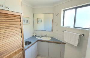 A kitchen or kitchenette at Scarborough Beach Front Resort - Shell Four