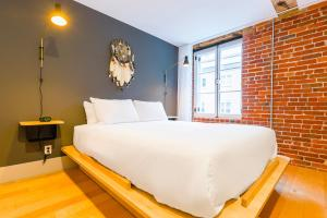 A bed or beds in a room at Les Lofts St-Paul by Les Lofts Vieux-Québec