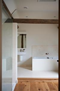 A bathroom at Manor Farm Courtyard Cottages