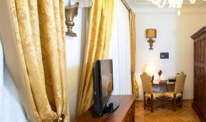 TV a/nebo společenská místnost v ubytování Charles Bridge Palace