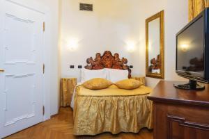 Postel nebo postele na pokoji v ubytování Charles Bridge Palace