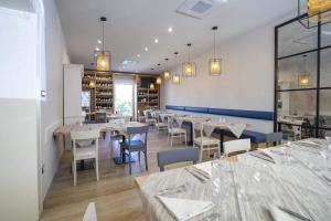 A restaurant or other place to eat at Albergo Africa