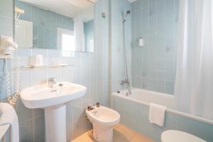 A bathroom at Hotel Platja d'Aro