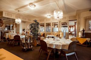 Ein Restaurant oder anderes Speiselokal in der Unterkunft Hôtel Le National