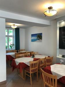 Ein Restaurant oder anderes Speiselokal in der Unterkunft Alte Schule Niederdünzebach