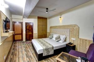 A bed or beds in a room at Hotel Highway inn