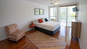 A bed or beds in a room at Waters Edge Apartment Cairns