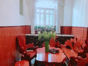A restaurant or other place to eat at Khách sạn Hà Bảo Châu 1