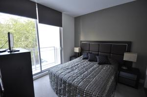 A bed or beds in a room at Darlinghurst Fully Self Contained Modern 1 Bed Apartment (11GOUL)