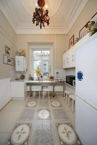 Кухня или мини-кухня в Булгаков Апартаменты
