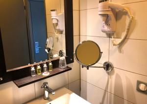 A bathroom at Ax Hôtel Spa & Restaurant