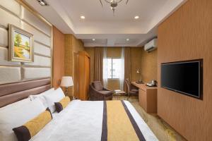 Una televisión o centro de entretenimiento en BEST WESTERN Chinatown Hotel