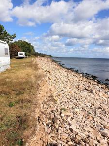 En strand i nærheden af campingpladsen