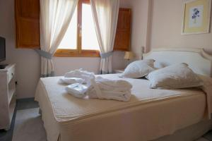 A bed or beds in a room at Villa Turística de Laujar de Andarax