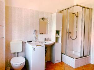 A bathroom at Gasthaus Goldener Löwe