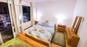 A bed or beds in a room at Artistic Getaway Home - Super Central