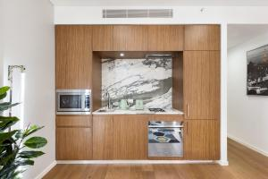 A kitchen or kitchenette at Sydney 1 Bed Modern Self Contained Apartment (402ALB)