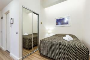 A bed or beds in a room at Sydney CBD Studio Apartment 503BRG