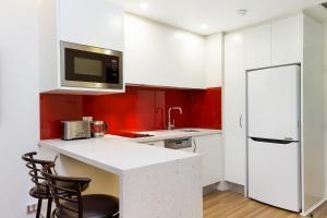 A kitchen or kitchenette at Sydney CBD Studio Apartment 503BRG