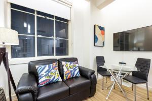 A seating area at Sydney CBD Studio Apartment 503BRG