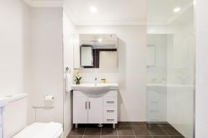 A bathroom at Surry Hills Fully Self Contained Modern 1 Bed Apartment (1012ELZ)