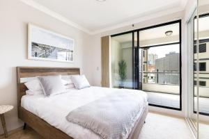 A bed or beds in a room at Surry Hills Fully Self Contained Modern 1 Bed Apartment (1012ELZ)