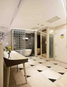 A bathroom at YELLO Hotel Harmoni