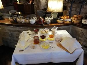 Breakfast options available to guests at Historik Hotel Gotisches Haus garni