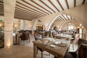 Un restaurante o sitio para comer en Hotel Creu de Tau Art&Spa-Adults only