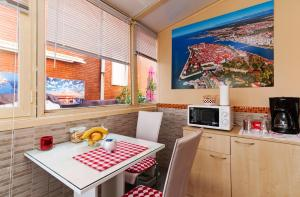 A kitchen or kitchenette at Guest House Pegla