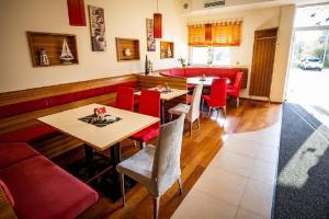 Ein Restaurant oder anderes Speiselokal in der Unterkunft Hotel Weinland