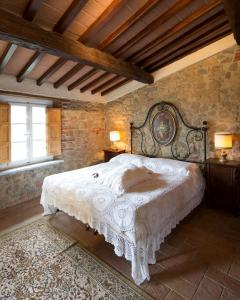 A bed or beds in a room at Casa Sotto la Torre