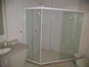A bathroom at Apartamento com vista para o mar