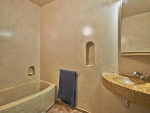 A bathroom at Riad Volubilis