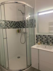 A bathroom at Chambre d'hôte des Artistes