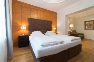 A bed or beds in a room at Altstadthotel Amadeus