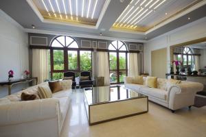 A seating area at Orange Lake Villa- Jumairah Golf Estate