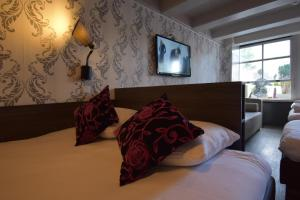 A bed or beds in a room at Hotel Hermitage Amsterdam