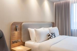 A bed or beds in a room at Holiday Inn Express Dublin-Airport