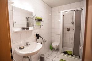 Ein Badezimmer in der Unterkunft Pension Haus am Walde