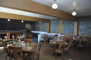 La Montana by TGIにあるレストランまたは飲食店