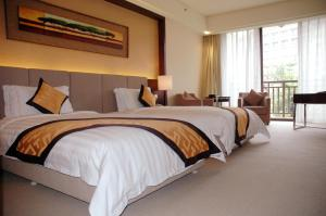 A bed or beds in a room at Dongguan Richwood Garden Hotel