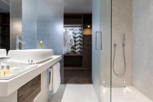 A bathroom at Maritim Hotel Plaza Tirana
