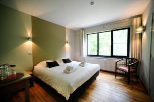 A bed or beds in a room at B&B De Meren