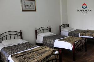 Cama ou camas em um quarto em Naftalan Guest House